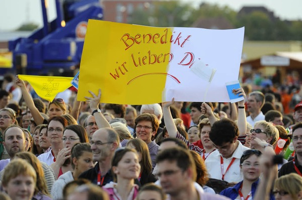 Positive, heitere, optimistische Stimmung bei der Jugendvigil mit Benedikt XVI. in Freiburg.