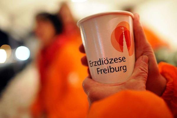 Das Gelände auf dem Flugplatz in Freiburg füllt sich langsam mit Pilgern.