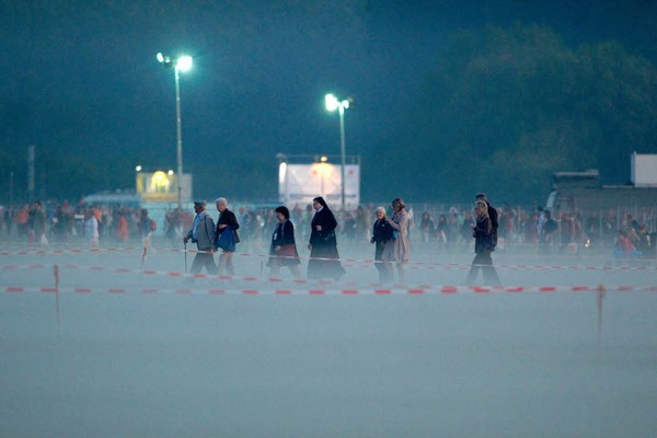 Die ersten Pilger strömen auf das Flugplatzgelände.