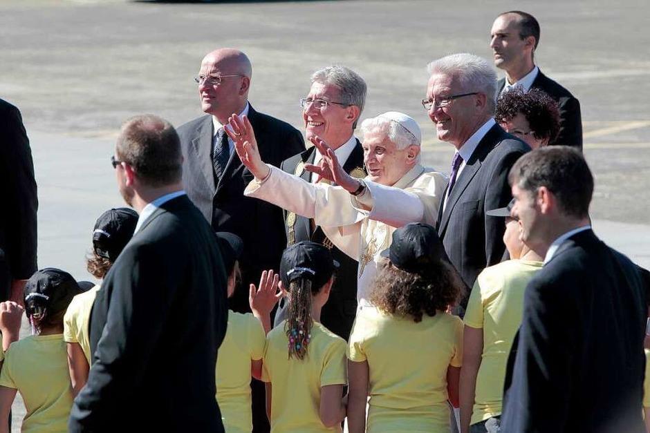 Papst Benedikt XVI. wird auf dem Flugplatz Lahr von Ministerpräsident Kretschmann und OB Müller willkommen geheißen. (Foto: Christoph Breithaupt)