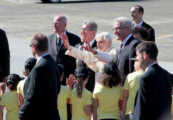 Papst Benedikt XVI. wird auf dem Flugplatz Lahr von Ministerpräsident Kretschmann und OB Müller willkommen geheißen.