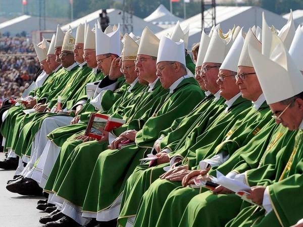 Geistliche Würdenträger bei der Heiligen Messe.