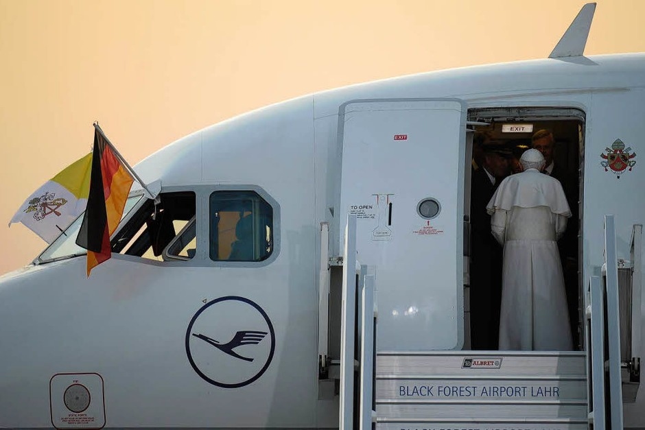 Der Papst verabschiedet sich auf dem Lahrer Flugplatz. (Foto: dapd)