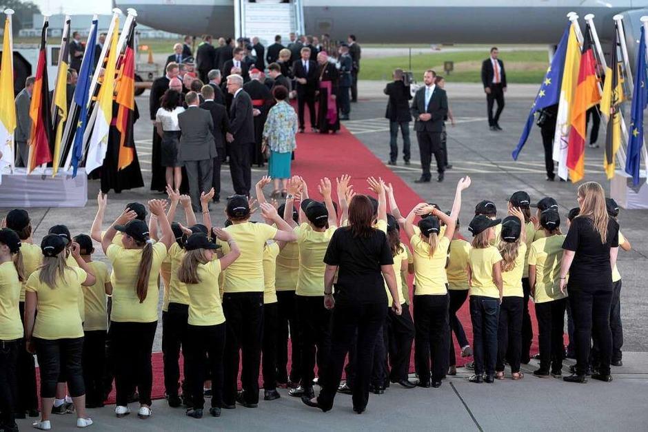 Der Papst verabschiedet sich auf dem Lahrer Flugplatz. (Foto: Christoph Breithaupt)