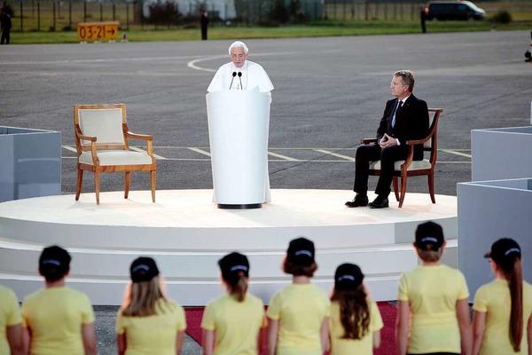 Der Papst verabschiedet sich auf dem Lahrer Flugplatz.