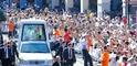 24.000 Menschen säumten die Straße beim Einzug des Papstes in die Stadt mit dem Papamobil.