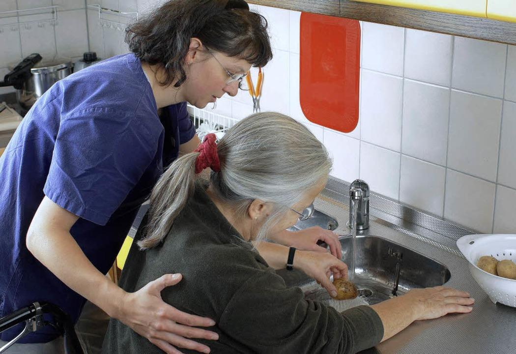 Zur Therapie in der BDH-Klinik gehört ...n, so wie hier Kartoffeln zu waschen.   | Foto: Fotos: Klinik