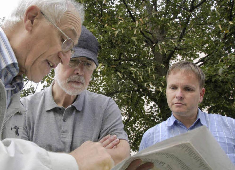 Ewald Kaiser (von links) erklärt die G...ulus und Oliver Uthe lauschen gebannt.    Foto: Ralf H. Dorweiler