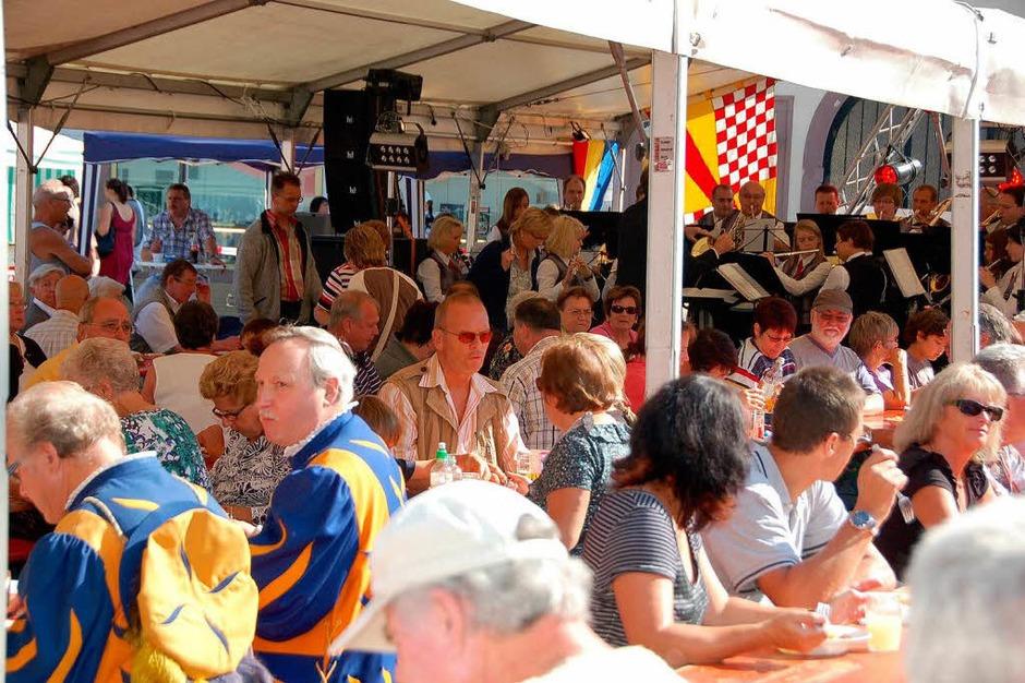 Härdepflfeschd : An den Tischen blieb kein Plätzchen frei (Foto: Sylvia-Karina Jahn)