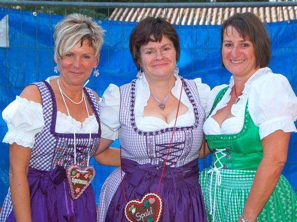 Die Vorsitzende  Manuela Leukel (Mitte) und zwei weitere Dirndlträgerinnen vom Narrenclub.