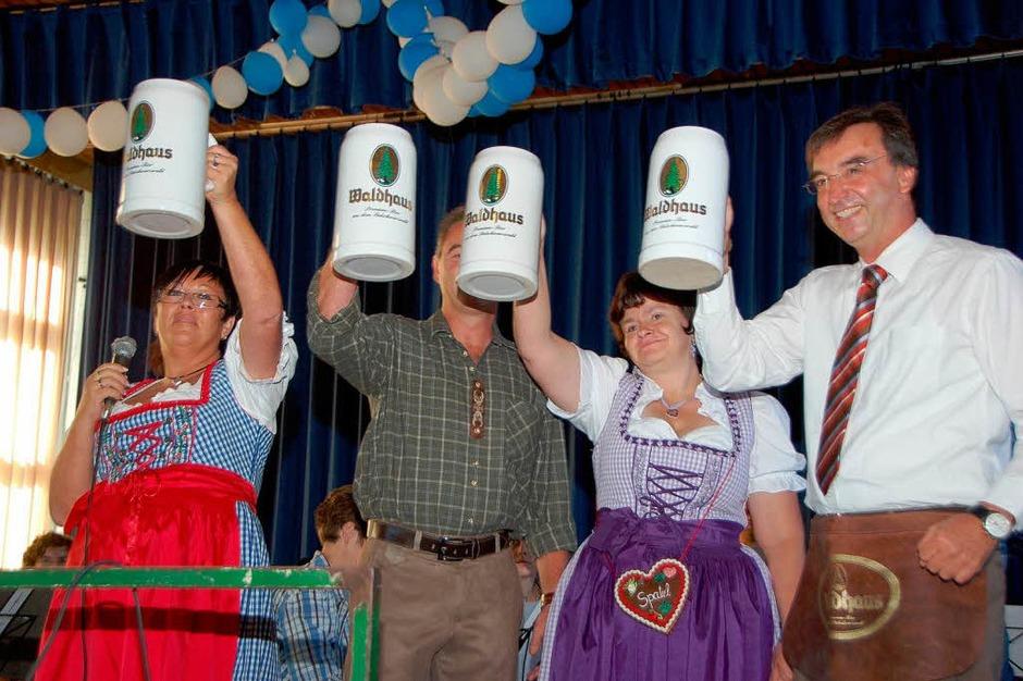 Ozapft is: Daniela Tritsch, Andreas Diebold und Manuela Leukel vom Narrenclub mit Bürgermeister Walter Laub. (Foto: Manfred Frietsch)