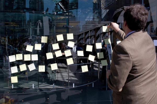 In Erinnerung an Jobs kleben zahlreiche Fans Post-its...