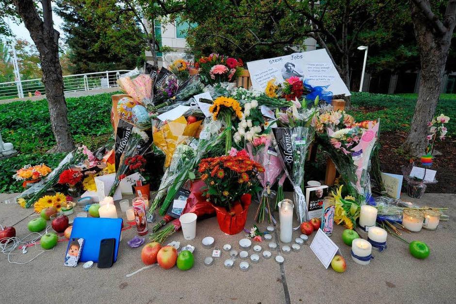 Blumen und Kerzen vor dem Hauptquartier von Apple in Cupertino, Kalifornien. (Foto: AFP)