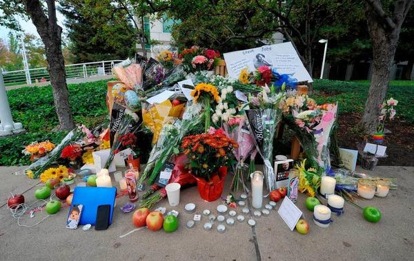 Blumen und Kerzen vor dem Hauptquartier von Apple in Cupertino, Kalifornien.