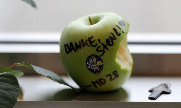 Er machte den angebissenen Apfel weltber�hmt: Steve Jobs. Ein Fan hinterlie� einen im Apple-Store in Hamburg.