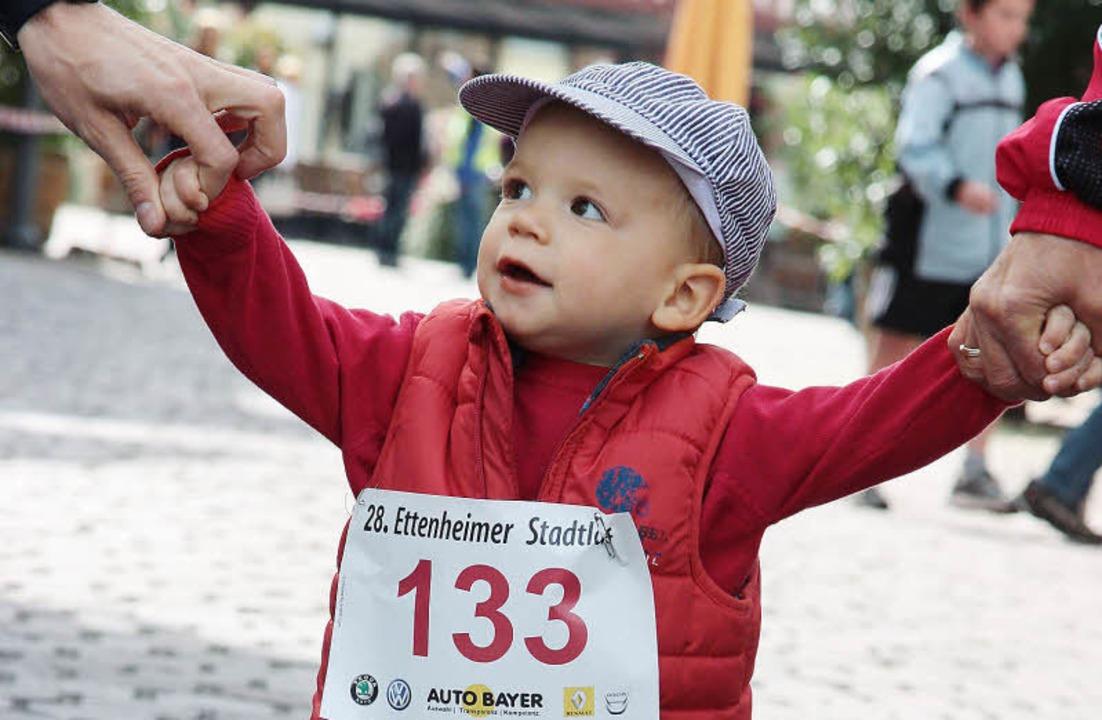 Der jüngste Teilnehmer beim Stadtlauf: der zweijährige Sebastian Schwab.   | Foto: Sandra Decoux-Kone