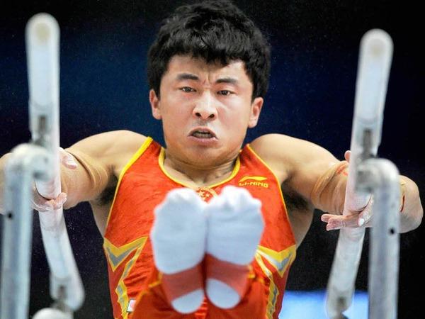 Der Chinese Zhe Feng am Barren