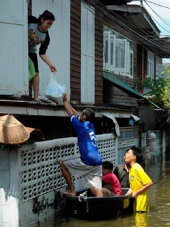 Thailands Hauptstadt Bangkok steht unter Wasser. Millionen Menschen sind betroffen - und haben Wege finden müssen, trocken zu bleiben.