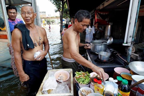 Thailands Hauptstadt Bangkok steht unter Wasser. Millionen Menschen sind betroffen – und haben Wege finden m�ssen, trocken zu bleiben.