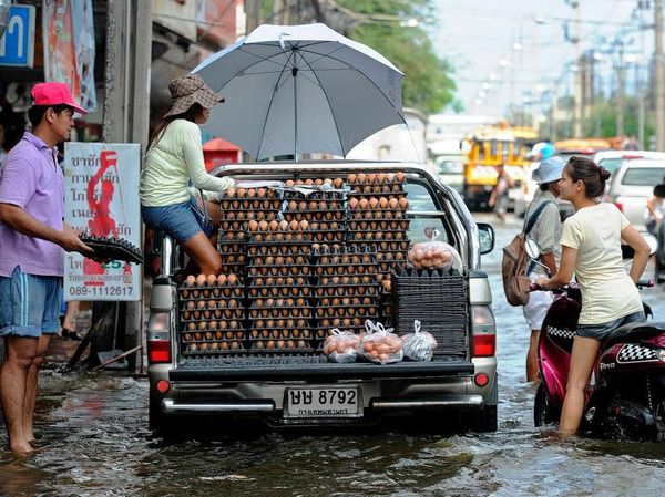 Thailands Hauptstadt Bangkok steht unter Wasser. Millionen Menschen sind betroffen – und haben Wege finden müssen, trocken zu bleiben.
