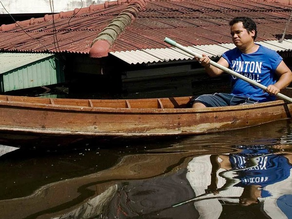 Thailands Hauptstadt Bangkok steht unter Wasser. Millionen Menschen sind betroffen &amp;#8211; und haben Wege finden mssen, trocken zu bleiben.