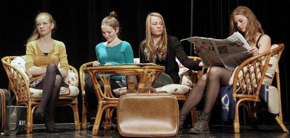 Mädchen wird im pon Theater benutzt