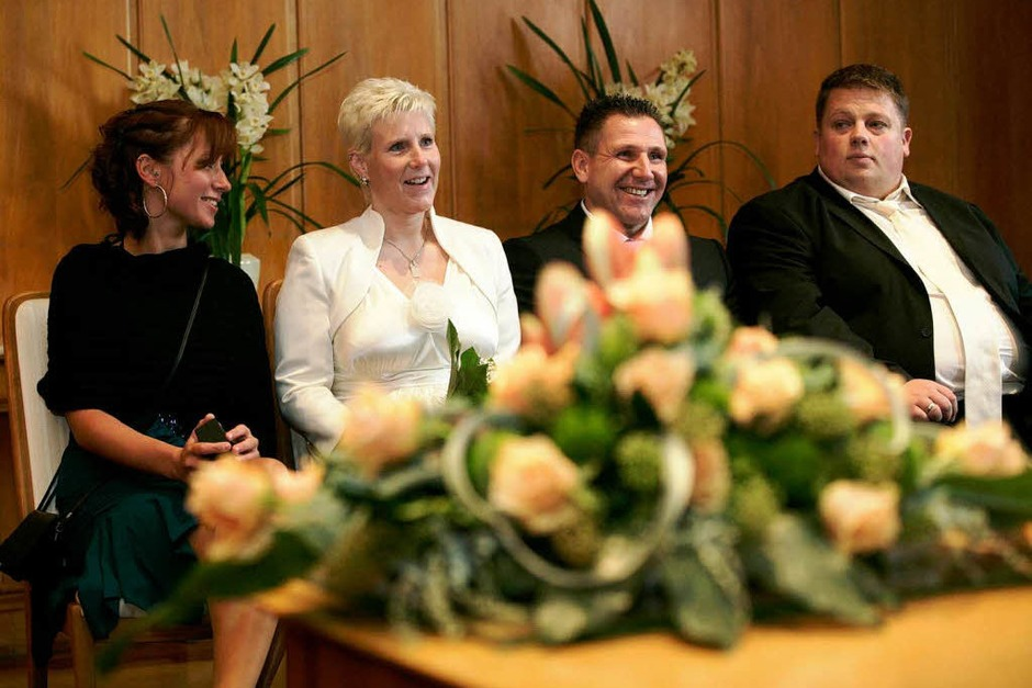 Das Brautpaar Susanne (33) und Helmut Wege (41) in frankfurt. (Foto: dapd)