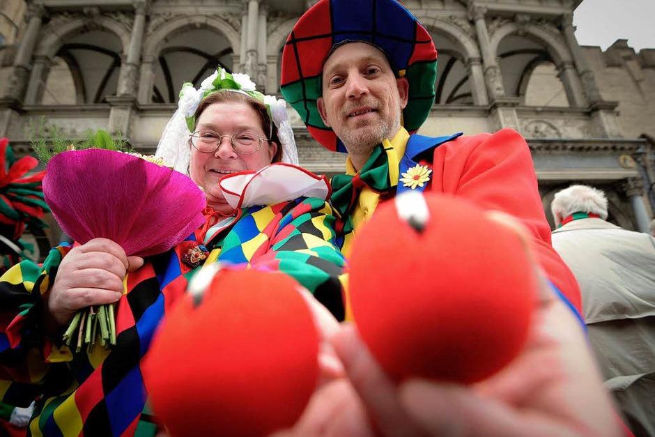 Das Brautpaar Rita Noak (l.) und Frank Awalda in Köln vor dem Standesamt mit ihren Eheringen, die in roten Pappnasen stecken. (Foto: dapd)