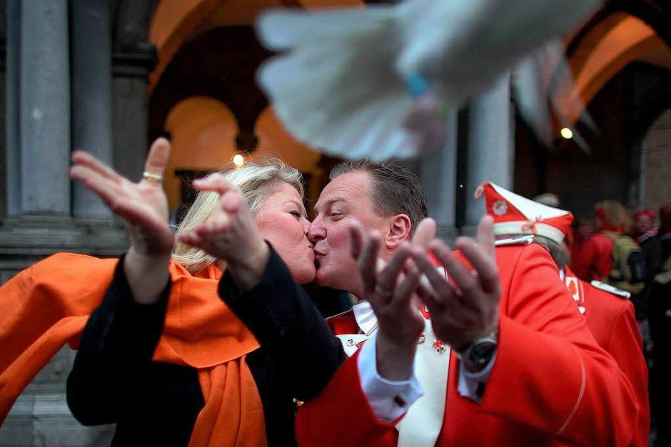 Nach der Hochzeit fliegen die Tauben. (Foto: dpa)