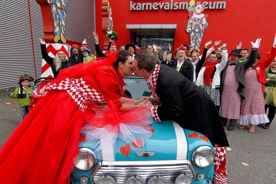Daniel Greve und seine frisch angetraute Frau Kerstin (l.) küssen sich in Köln nach ihrer Trauung vor dem Karnevalsmuseum. (Foto: dapd)