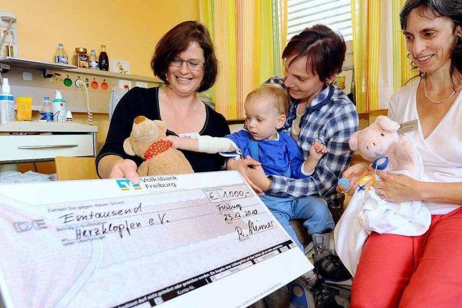 Ein Scheck für die Kinderklinik in Freiburg soll herzkranken Kindern und deren Eltern helfen. (Foto: Ingo Schneider)