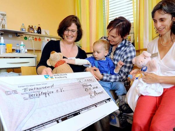 Ein Scheck für die Kinderklinik in Freiburg soll herzkranken Kindern und deren Eltern helfen.