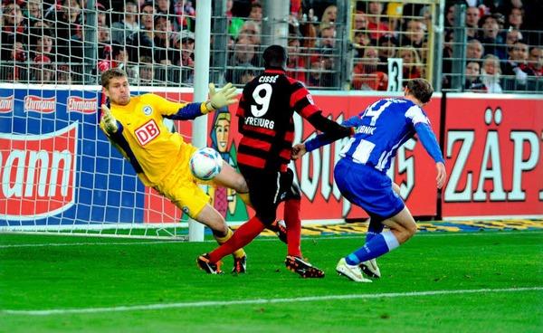 Hertha-Keeper Kraft rettet gegen Papiss Demba Ciss�.