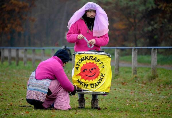 Atomkraftgener protestierten friedlich an m�glichen Streckenabschnitten gegen den Atomzug