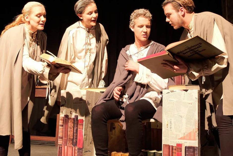 Einer der Inszenierungstricks: Der vierfache Faust (Foto: Hans-Peter Müller)