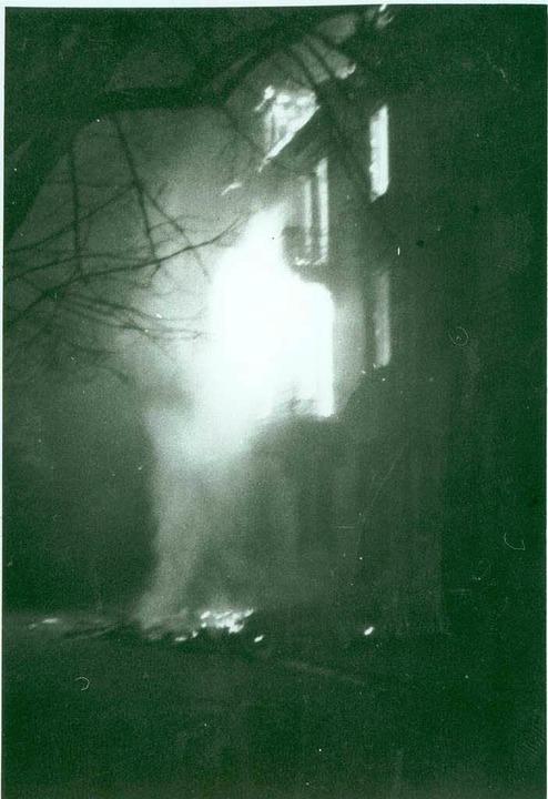 Ein brennendes Haus in der Hildastraße im Stadtteil Wiehre   | Foto: Grete Kilchling/Stadtarchiv