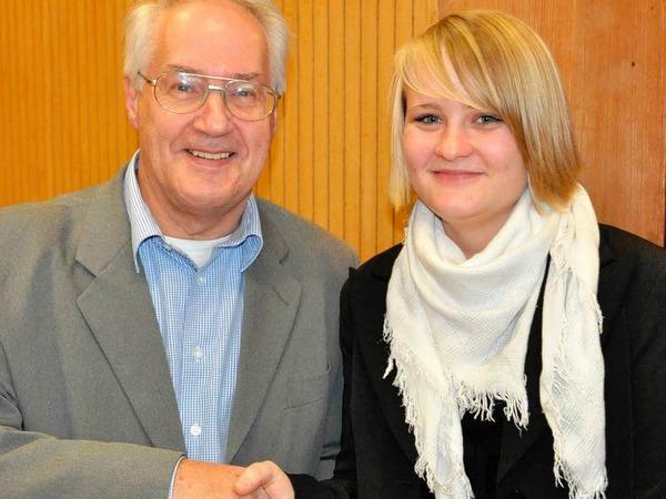 Verbandspräsident Helmut Steinmann gratuliert Maria Krey zum Kunststück von zwei Goldabzeichen.