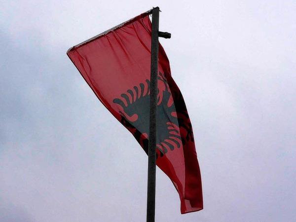 Wie an allen Gedenkstätten, weht auch hier nicht die kosovarische, sondern die albanische Flagge im Wind.