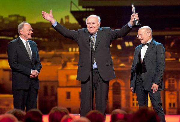 Der französische Schauspieler Michel Piccoli (M.) hält in Berlin im Tempodrom bei der Verleihung des 24. Europäischen Filmpreises zwischen seinen Laudatoren, Regisseur Volker Schloendorff (r.) und dem Schweizer Schauspieler Bruno Ganz, seinen Sonderpreis.