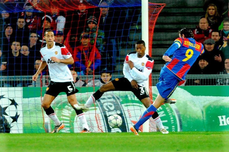 Der Beginn eines Fußballmärchens: Marco Streller schießt das 1:0 für den FC Basel (Foto: Meinrad Schön)