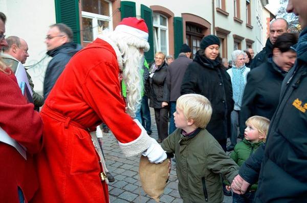 Der Nikolaus hatte für die kleinsten Besucher Geschenke dabei