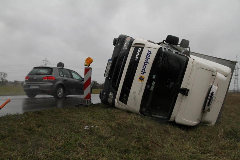 Zwischen Rheinhausen und Herbolzheim ist ein Lastwagen von einer Windböe  umgeworfen worden. Der Fahrer blieb unverletzt. (Foto: Thilo Bergmann)