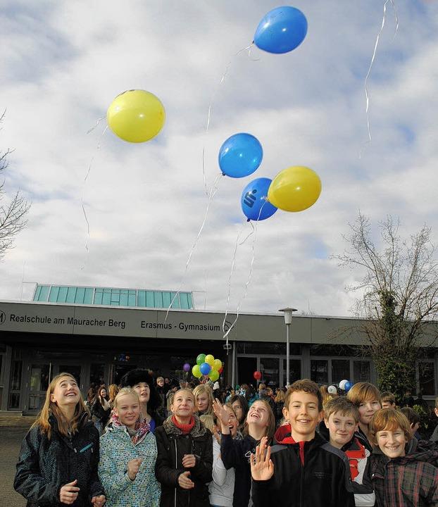 Mit Luftballons wollen die Schüler helfen.   | Foto: Helena Kiefer