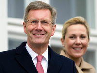 Wulff findet R�ckhalt bei Merkel