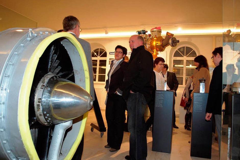 Einweihung: Erster Rundgang der geladenen Gäste durchs Archäologische Museum, das jetzt auch  Luft- und Raumfahrtechnik zeigt. (Foto: Michael Haberer)