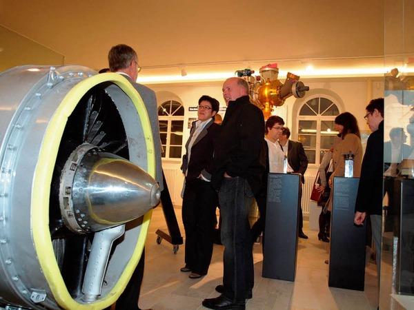 Einweihung: Erster Rundgang der geladenen Gäste durchs Archäologische Museum, das jetzt auch  Luft- und Raumfahrtechnik zeigt.