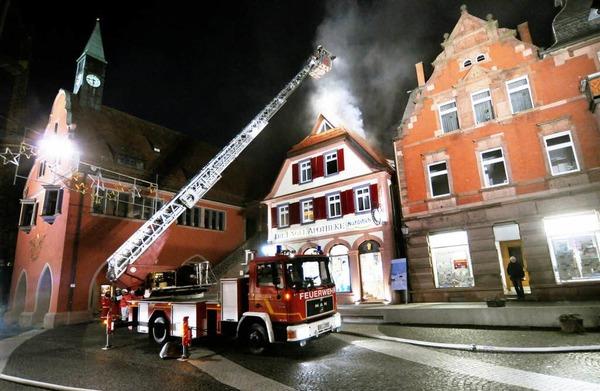 Um 17.20 Uhr wurde die Lahrer Feuerwehr an den Urteilsplatz zum Brand im Obergeschoss der Engel-Apotheke gerufen.