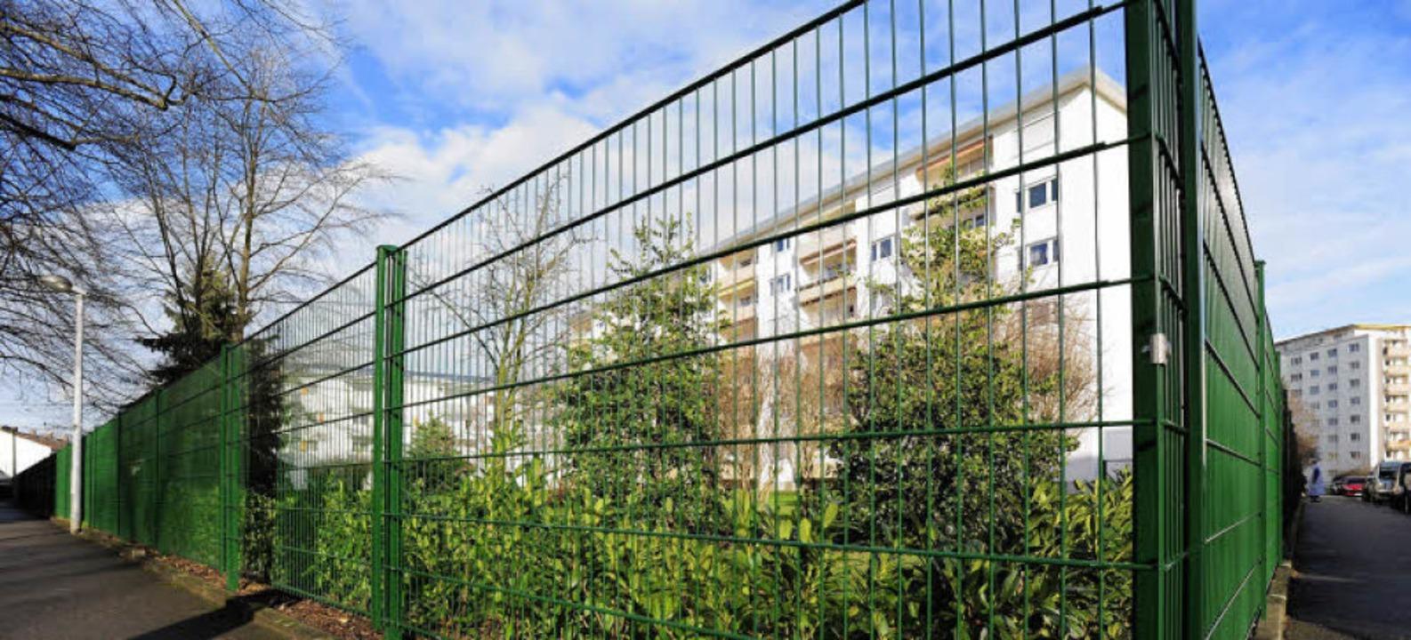 Eingezäunt ist neuerdings die Wiese hi...dem Wohnkomplex Thannhauserstaße 8-12.    Foto: Ingo Schneider