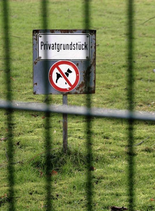 Schon vor der Zaunaktion wies ein Schi...dass es sich um Privatgelände handelt.    Foto: Ingo Schneider
