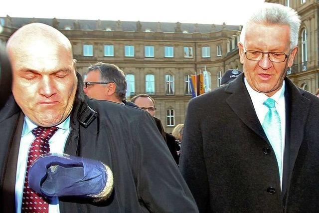 Stuttgart-21-Gegner bewerfen Kretschmann mit Schuhen